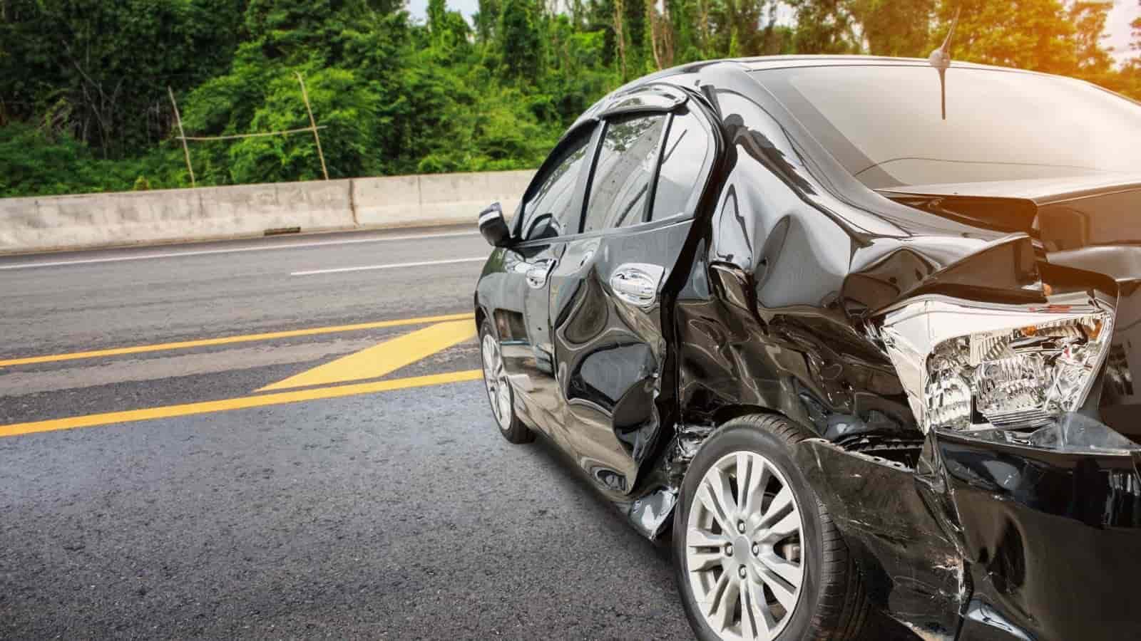 čierne auto, nehoda, škoda, havarijná poistka