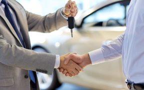 kedy kupit nove auto, postup pri predaji auta, kľúče, auto, muži
