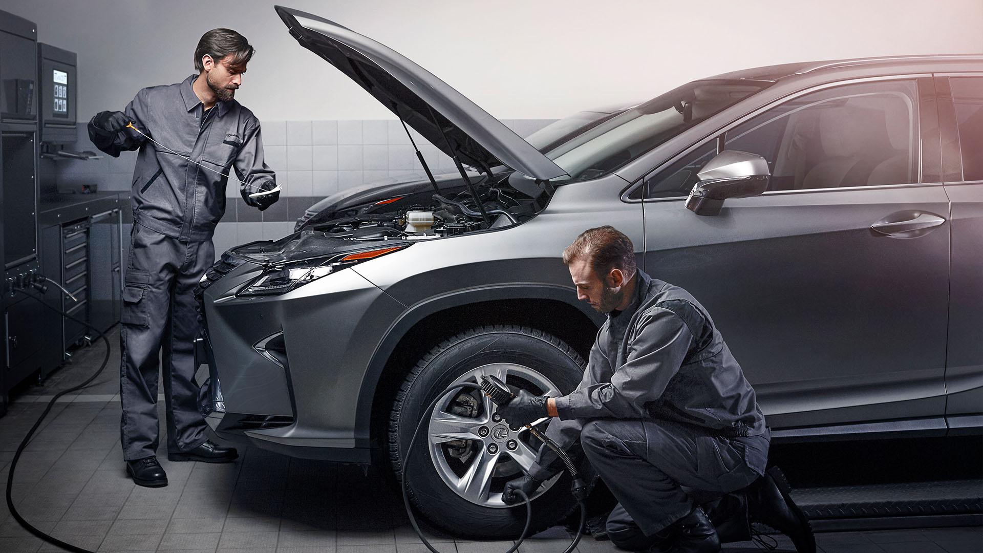 údržba vozidla, poruchové auto, kontrola vozidla, servis, mechanici, sivé auto, servis auta