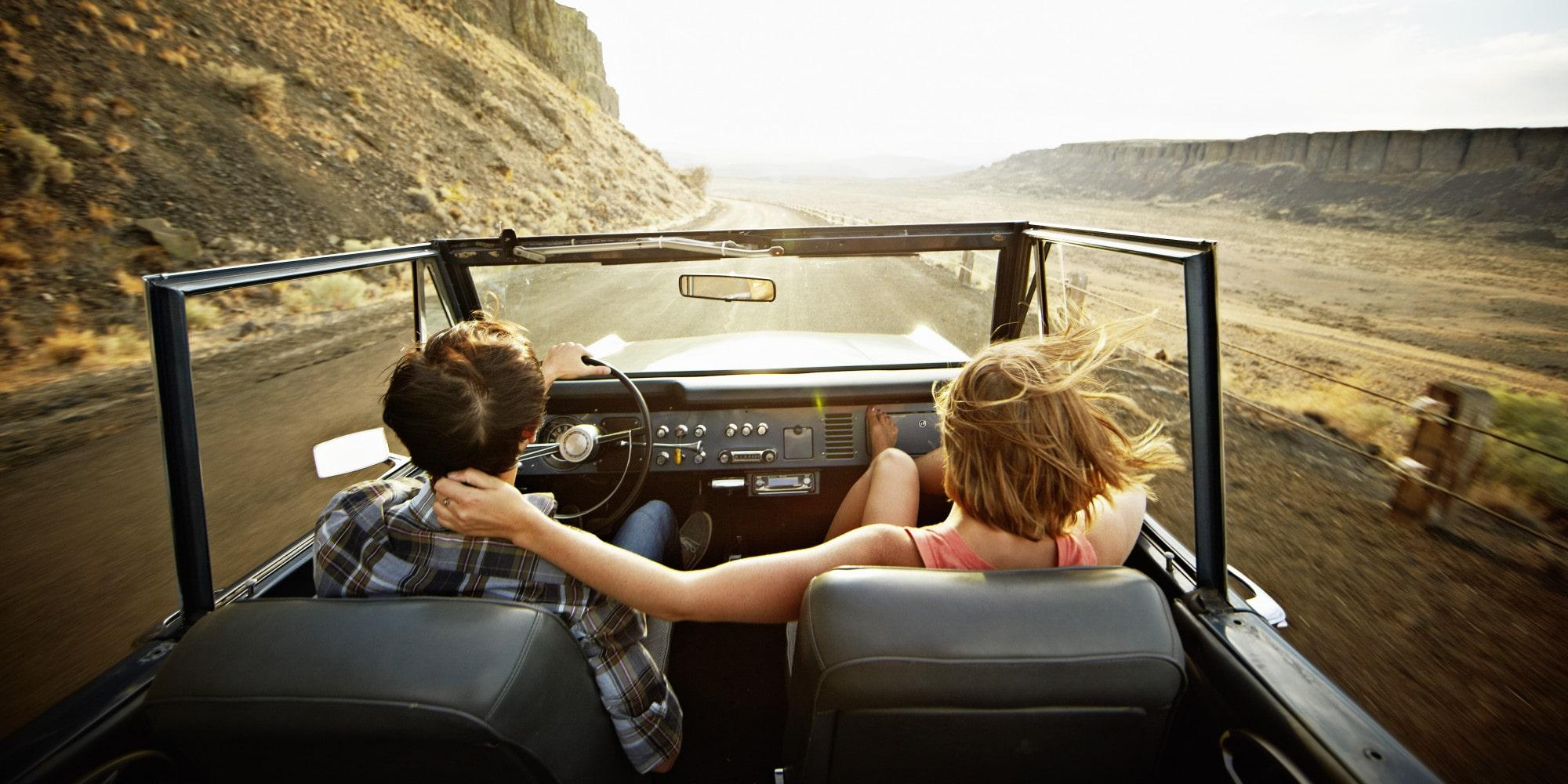 dovoz auta zo zahraničia, cestovanie, západ slnka, kúpa nového auta