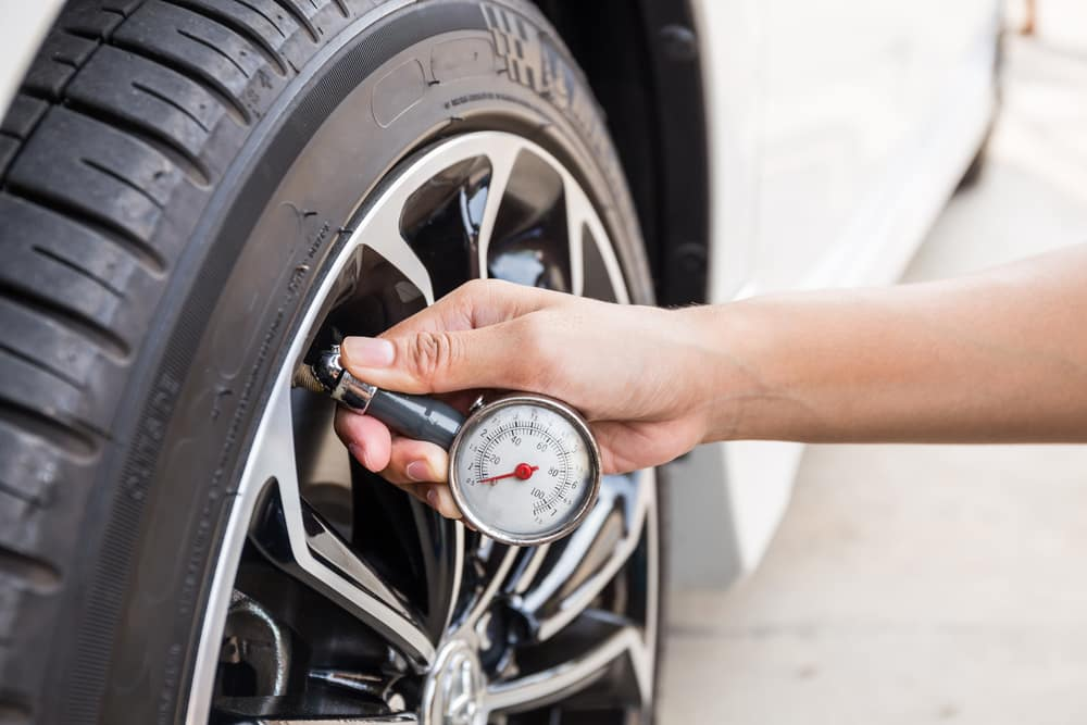 manometer, kontrola pneumatík, servis vozidla, pneumatiky, tlak vzduchu v pneumatikách
