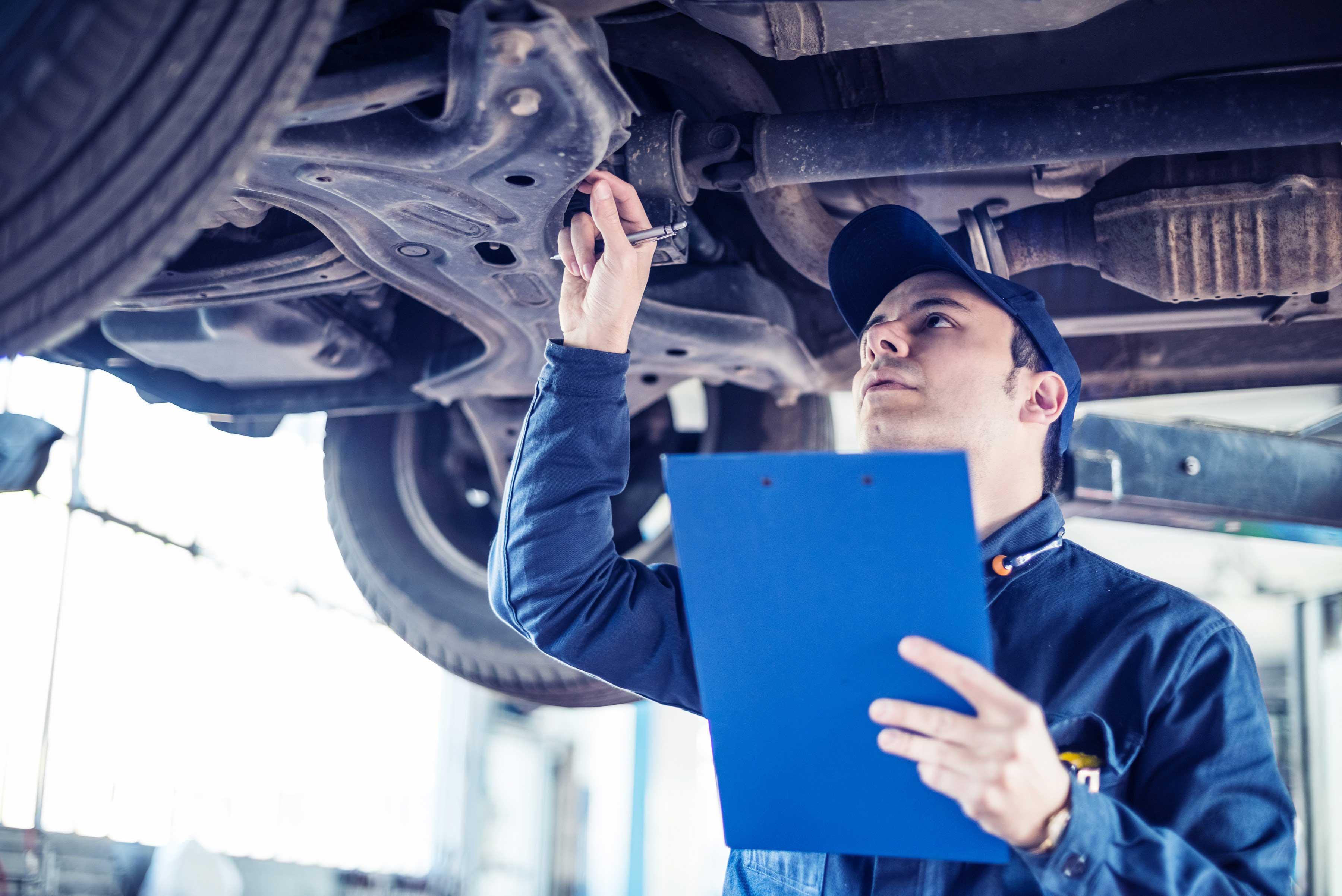 kontrola vozidla, porucha auta, mechanická kontrola, mechanik pod autom