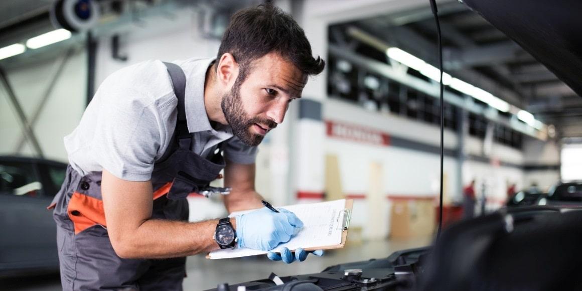 oprava auta, kontrola motora, mechanik kontroluje motor, udrzba vozidla, príprava na STK, kontrola kvapalín vozidla