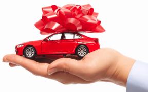 darček, červené auto, mašľa, dedenie, darovanie vozidla, nový majiteľ