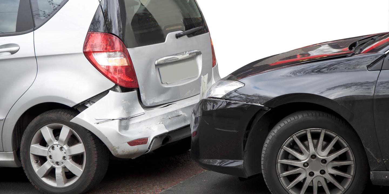 škodová udalosť, neznámy vinník, havária, nabúrané auto, dopravná nehoda, čierne a sivé auto, postup pri škodovej udalosti