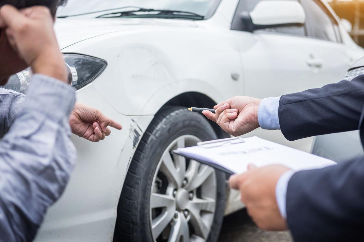 škodová udalosť, neznámy vinník, poistná udalosť, dopravná nehoda, škrabanec, búrané auto, sivé auto, poisťovňa