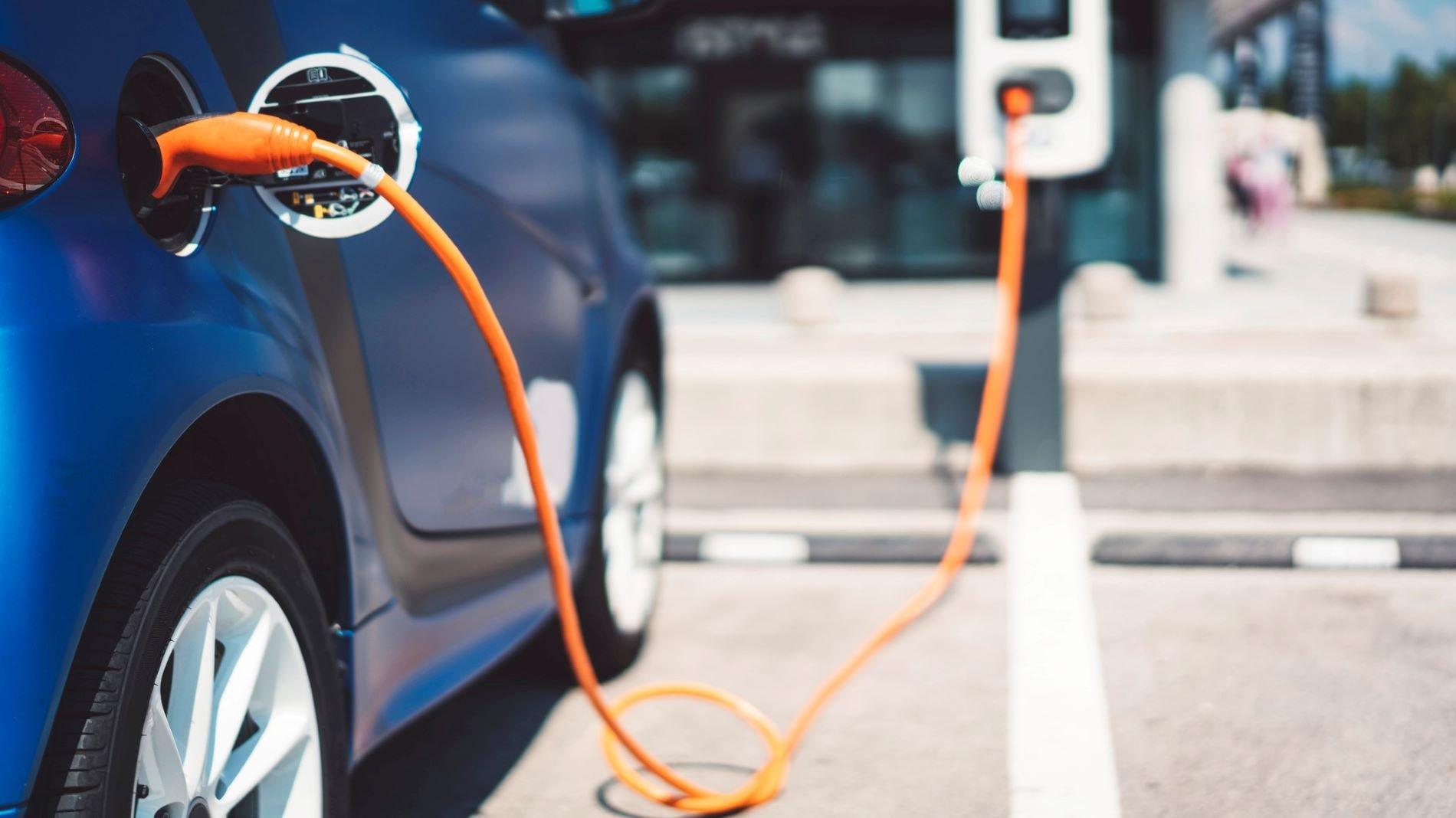 elektromobil, dobíjanie elektromobilu, elektrické auto, hybridné vozidlo vs elektrické auto, modré auto