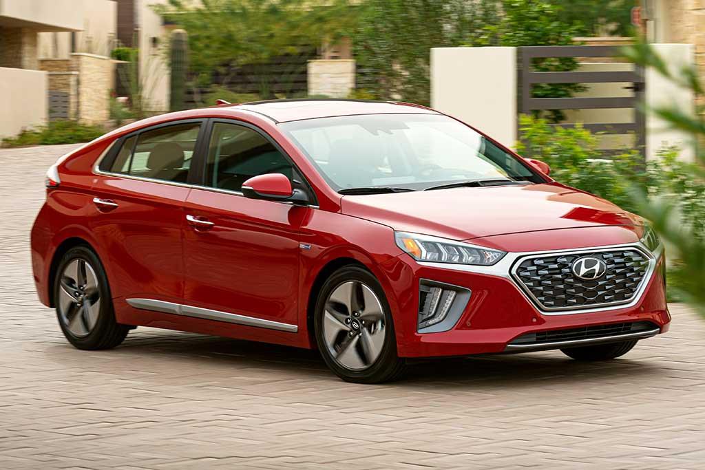elektrické auto, hybridné auto, hybridné vozidlo vs elektrické auto, hybrid, červený hybrid, rodinné auto