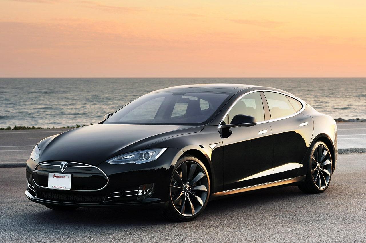 elektromobil, dobíjanie elektromobilu, elektrické auto, hybridné vozidlo vs elektrické auto, tesla, čierna tesla, luxusné auto