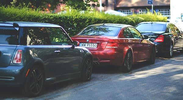 prepis auta elektronicky, postup pri prepise auta, autá, parkovanie, červené BMW, odstavené autá