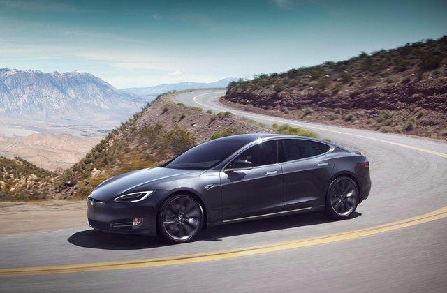 prepis auta elektronicky, postup pri prepise auta, auto, tesla, sivé auto, cesta v horách, auto v prírode, nové vozidlá