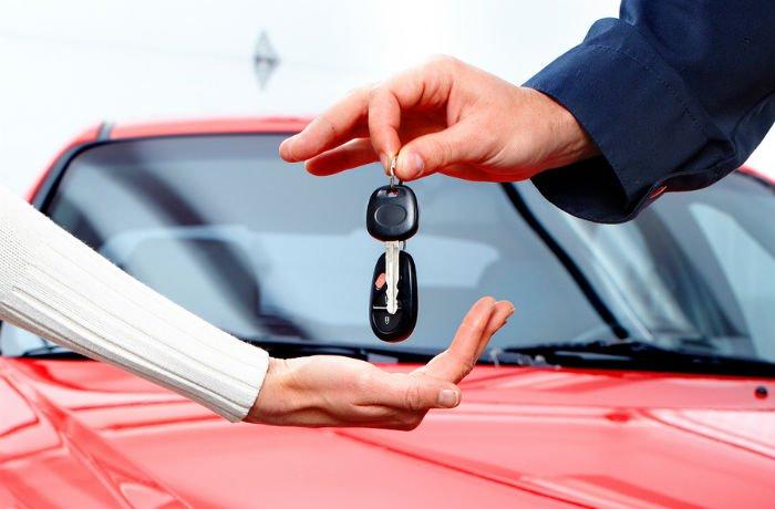 prepis auta elektronicky, postup pri prepise auta, autá, kúpa vozidla, červené auto, predaj vozidla, darovanie vozidla, kľúče od vozidla