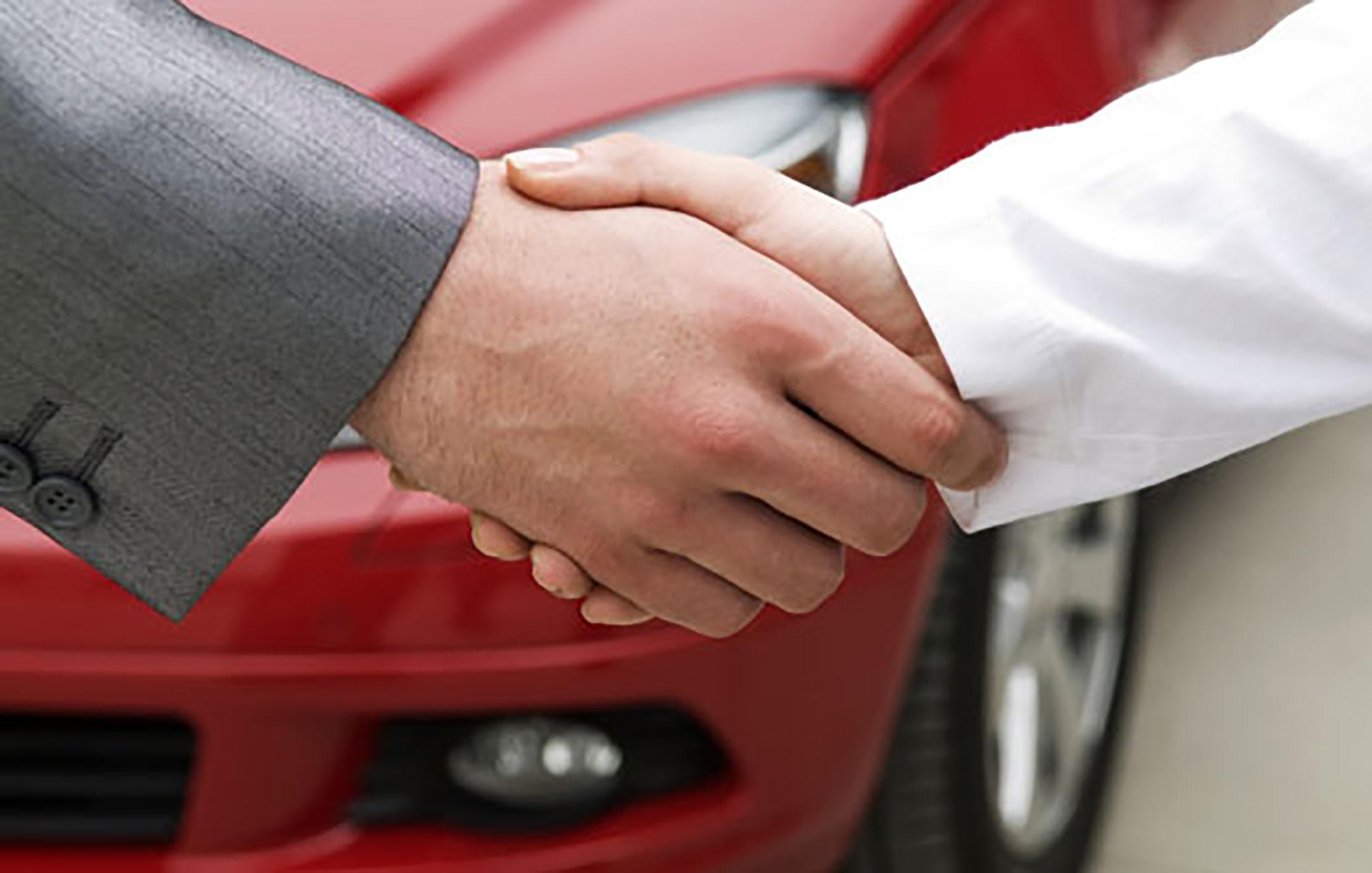 predaj vozidla, predaj auta, predaj ojazdeného auta, dohoda, potrasenie rúk, kompromis, predaj červeného auta